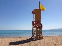 Torre del bagnino su una spiaggia Fotografia Stock