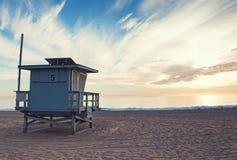 Torre del bagnino sul tramonto Fotografie Stock Libere da Diritti