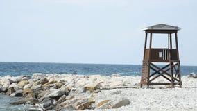Torre del bagnino un giorno di estate soleggiato luminoso, con cielo blu ed il mare nei precedenti archivi video