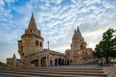 Torre del bastión del ` s del pescador en la ciudad de Budapest, Hungría foto de archivo