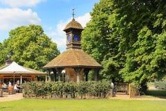 Torre del café y de reloj, Diana Memorial Playground en los jardines de Kensington, Londres Fotografía de archivo libre de regalías