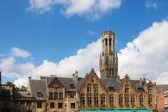 Torre del campanario de una iglesia en Brujas Imágenes de archivo libres de regalías