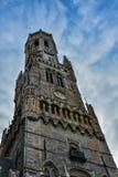 Torre del campanario en Brujas en un día nublado hermoso Imagen de archivo