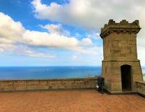 Torre del castello che trascura il mare fotografia stock libera da diritti