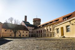Torre del castello di Kotnov con la fabbrica di birra dei cittadini, Tabor, repubblica Ceca fotografie stock