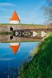 Torre del castello di Kuressaare con il ponte sopra il fossato contro la s blu Fotografie Stock