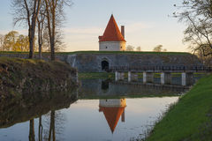 Torre del castello di Kuressaare con il ponte sopra il fossato nel ligh di tramonto Fotografia Stock Libera da Diritti