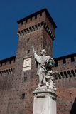 Torre del castello di Sforza (Castello Sforzesco) con la statua di marmo Immagini Stock Libere da Diritti