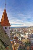 Torre del castello di Thun con panorama della città e delle alpi Fotografie Stock