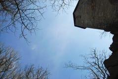 Torre del castello, vista dal basso, alberi di vista Fotografie Stock