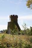 Torre del castillo antiguo, cielo azul marino con las nubes en fondo Imágenes de archivo libres de regalías