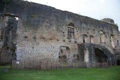 Torre del castillo antiguo, cielo azul marino en fondo Imagenes de archivo
