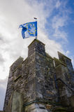 Torre del castillo de Cahir con la bandera de unión europea Imagen de archivo