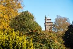 Torre del castillo de Cardiff en otoño Foto de archivo libre de regalías
