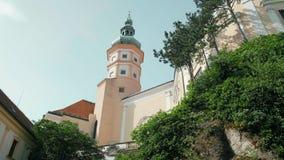 Torre del castillo de Checo Mikulov, árboles en roca en Sunny Summer Day Filtrado del tiro 4K almacen de metraje de vídeo