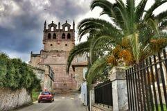 Torre del castillo e iglesia medievales de San Vicente de la Barquera Imagen de archivo libre de regalías