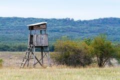 Torre del cazador en un prado Fotografía de archivo
