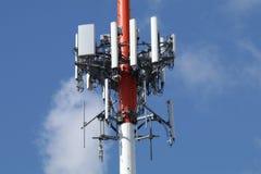 Torre del cellulare con un fondo del cielo blu Immagini Stock Libere da Diritti
