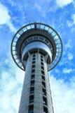 Torre del cielo a Auckland in un cielo blu Immagini Stock Libere da Diritti