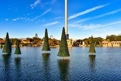 Torre del cielo y árboles de Chritsmas en fondo del cielo nublado en Seaworld Marine Theme Park imagen de archivo libre de regalías