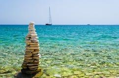 Torre del ciottolo sulla spiaggia dei papà Immagini Stock