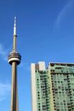Torre del CN di Toronto e una costruzione del condominio Fotografia Stock Libera da Diritti