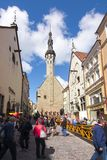 Torre del comune e vie strette di vecchia città di Tallinn, Estonia fotografia stock