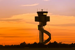 Torre del control de tráfico del aeropuerto en la salida del sol fotografía de archivo libre de regalías