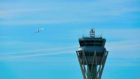 Torre del control de tráfico del radar del aeropuerto de Barcelona metrajes