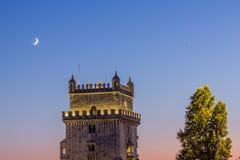 Torre del descubrimiento después de la puesta del sol Lisboa Imagen de archivo libre de regalías