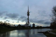 Torre del estadio Olímpico y de la televisión en el parque de Olympia Munich, Alemania Imagen de archivo