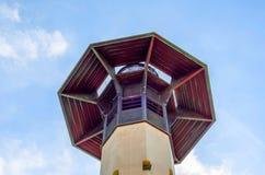 Torre del faro e cielo blu di estate, il ritorno sicuro dello shi Fotografie Stock Libere da Diritti