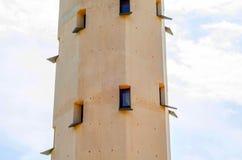 Torre del faro e cielo blu di estate, il ritorno sicuro dello shi Immagini Stock