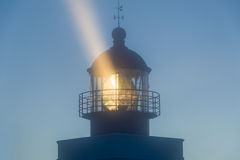 Torre del faro nella notte con il forte raggio luminoso Immagini Stock Libere da Diritti