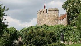Torre del fuerte con la bandera húngara Pecs almacen de video