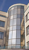 Torre del hormigón y de cristal en el edificio moderno Imágenes de archivo libres de regalías