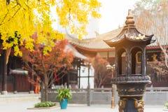 Torre del incienso en un templo budista Imagen de archivo
