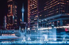 Torre del kilolitro durante noche delante del río de la vida imagen de archivo libre de regalías