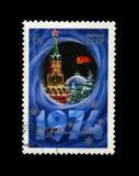 Torre del Kremlin con la estrella roja, bandera roja de URSS, abeto, nieve por Año Nuevo, circa 1973, Foto de archivo