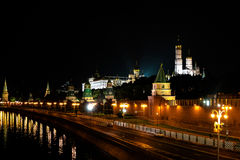 Torre del Kremlin en luz de la noche Reflexión en el río Foto de archivo