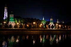 Torre del Kremlin en luz de la noche Reflexión en el río Imagen de archivo