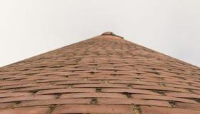 Torre del ladrillo en el cielo abierto fotografía de archivo