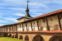 Torre del libro de cocina y paredes del monasterio de Cyril-Belozersky Foto de archivo