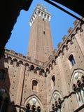 Torre del mangia位于广场del园地,赭色的首要的正方形在意大利 免版税库存照片