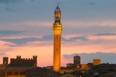 Torre del Mangia bij zonsondergang in Siena toscanië Italië Stock Afbeeldingen
