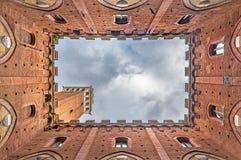 Torre del Mangia in Siena, Italië, van de binnenkant van Palazzo Pubblico wordt gezien die Stock Afbeeldingen
