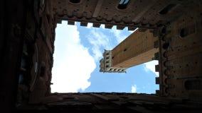 Torre Del Mangia, Siena ITALIEN - von unterhalb gesehen lizenzfreie stockfotografie