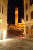 Torre del Mangia visto da un vicolo, Siena Fotografia Stock Libera da Diritti