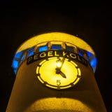 Torre del nivel del agua en Colonia en la noche Fotografía de archivo