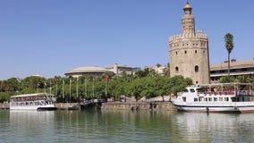 Torre del Oro ή χρυσός 13ος αιώνας πύργων πέρα από τον ποταμό του Γκουανταλκιβίρ, Σεβίλη, Ανδαλουσία, νότια Ισπανία φιλμ μικρού μήκους